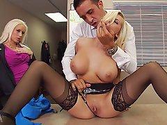 Blondine, Grosse Tits, Büro, Strümpfe