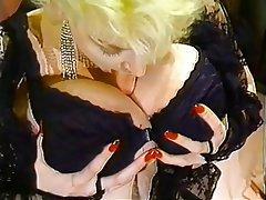 Büyük göğüsler, Sarışınlar, Yumuşak porno, Çorapları